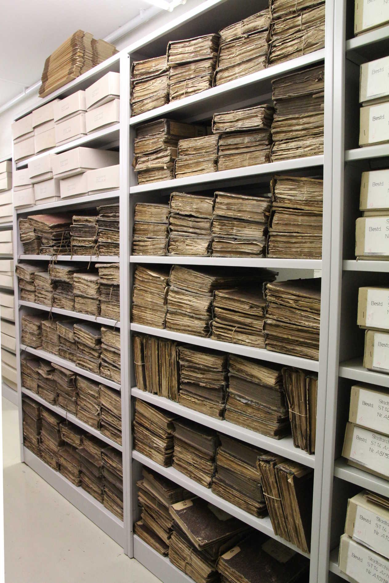 Der Bestand zu Bessungen besteht zu einem Großteil aus Amtsbüchern, die momentan noch unverpackt im Regal gelagert werden.