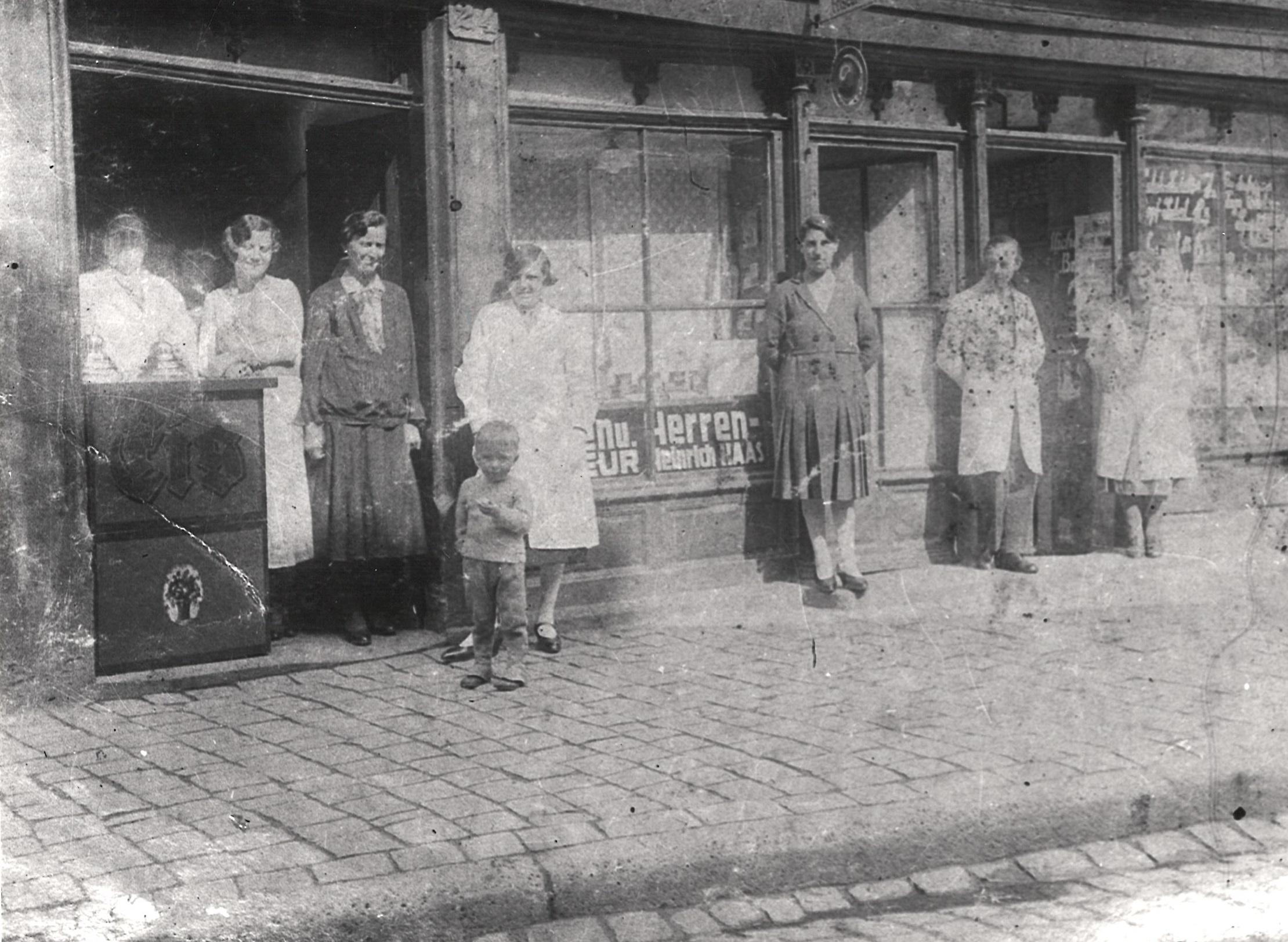 Speiseeisherstellung und -verkauf Jean Pullmann, Holzstraße 22, daneben Friseurmeister Heinrich Haas, Holzstraße 10, 1940/43, StadtA DA Best. 53