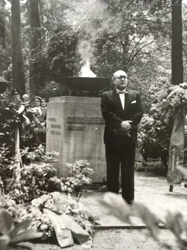 Oberbürgermeister Ludwig Engel bei der Enthüllung des Ehrenmals für Widerstandskämpfer auf dem Waldfriedhof, 1954, StadtA DA Best. 53