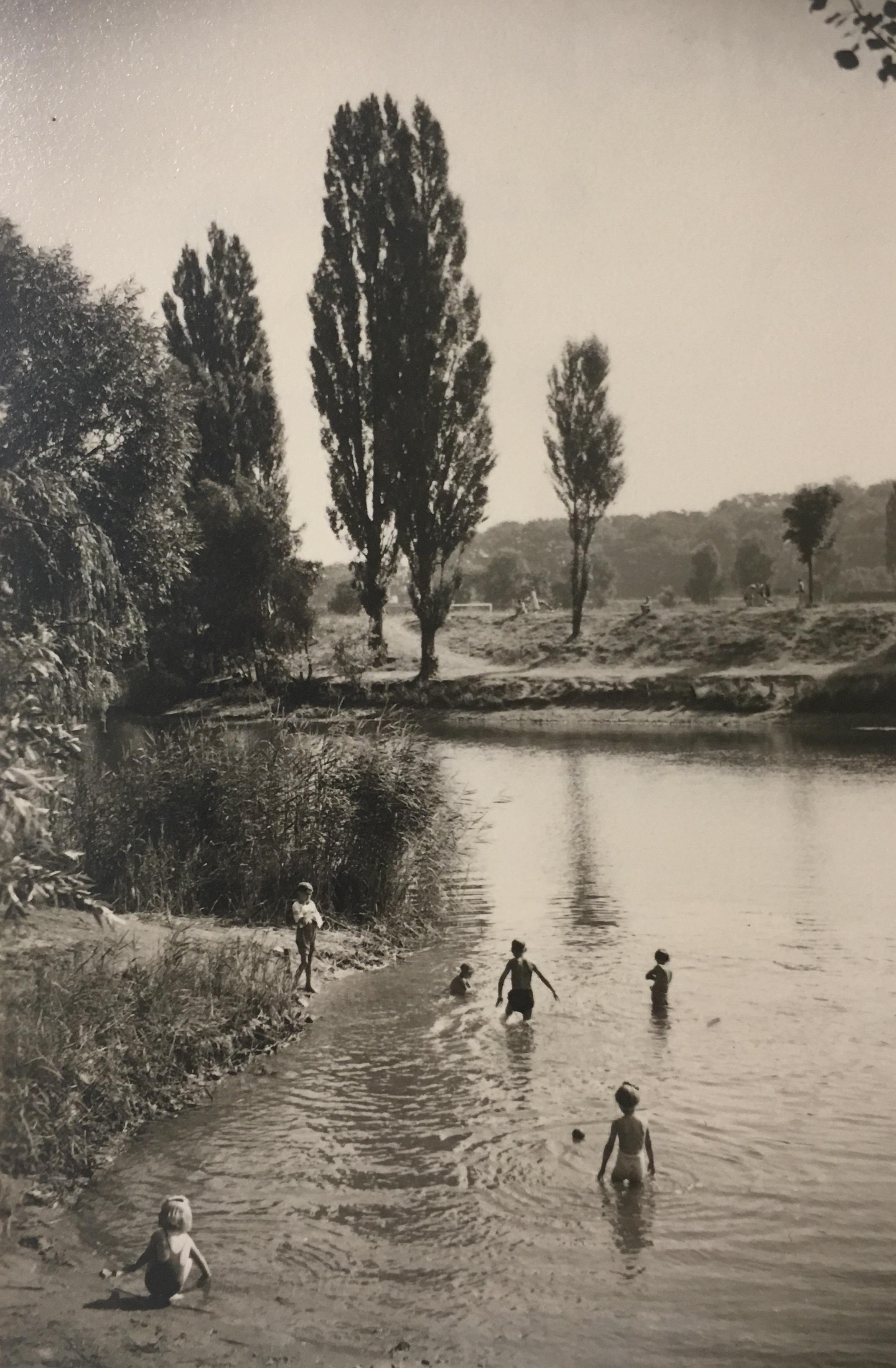 Spielende Kinder am Müllersteich im Bürgerpark, Foto: Immo Beyer, 1949, StadtA DA Best. 53