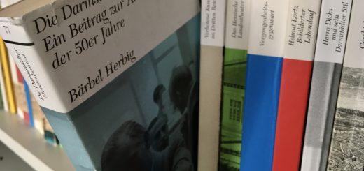 """Dissertation von Bärbel Herbig: """"Die Darmstädter Meisterbauten. Ein Beitrag zur Architektur der 50er Jahre"""" im zusammen im Regal mit anderen Bänden der Darmstädter Schriftenreihe, Foto: Wissenschaftsstadt Darmstadt/Rebekka Friedrich"""