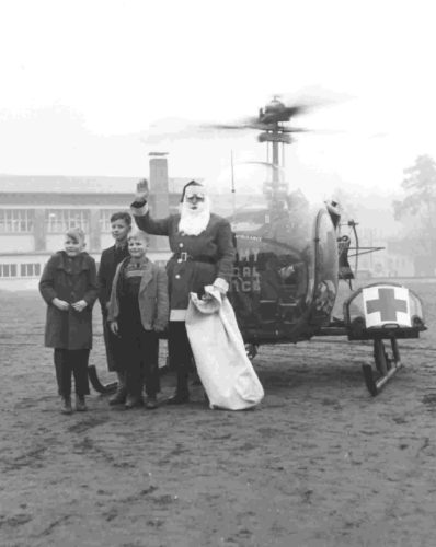 """Weihnachtsbescherung für Kinder aus dem Heim """"Forsthaus Bessungen"""" durch die US-Army, 21. Dezember 1953, Foto: Walter Ludwig, StadtA DA Best. 53 Nr. 1910"""