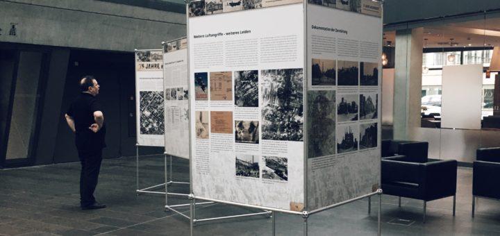 Stadtarchivar Dr. Peter Engels vor den Ausstellungstafeln im darmstadtium, Foto: Wissenschaftsstadt Darmstadt/Rebekka Friedrich