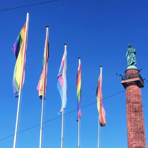 5 Flaggen (4 Regenbogen-Flaggen, in der Mitte eine Transgender-Flagge) vor dem Langen Ludwig auf dem Luisenplatz zum Fest der Vielfalt 2018, Foto: Wissenschaftsstadt Darmstadt/Rebekka Friedrich