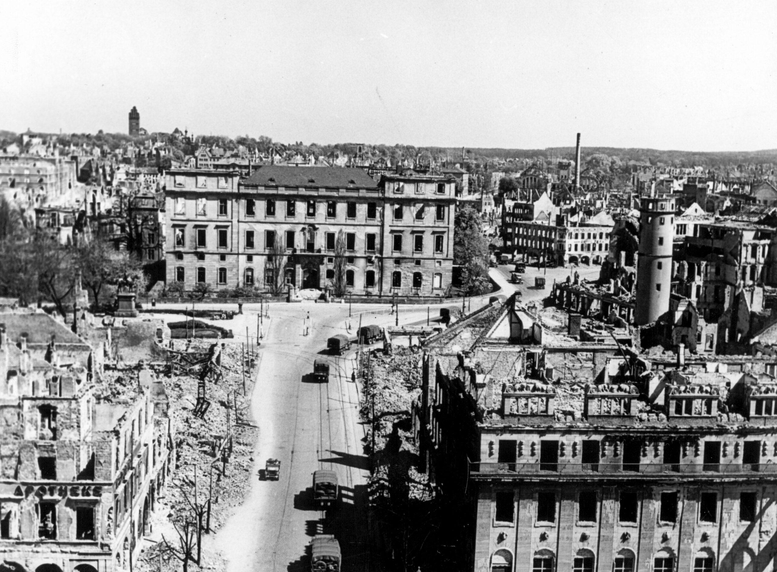 Obere Rheinstraße mit Blick auf Schloss und Marktplatz, 18. April 1945