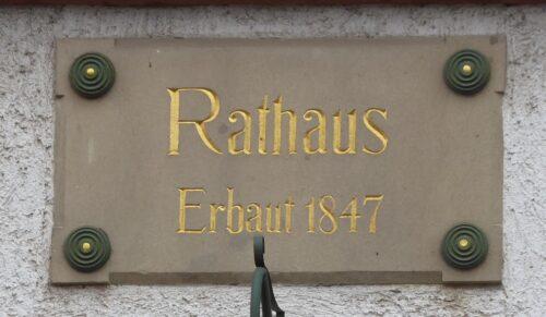 """Stein über dem Eingang des Eberstädter Rathauses mit der Aufschrift """"Rathaus, Erbaut 1847"""", Foto: Elke Riemann"""