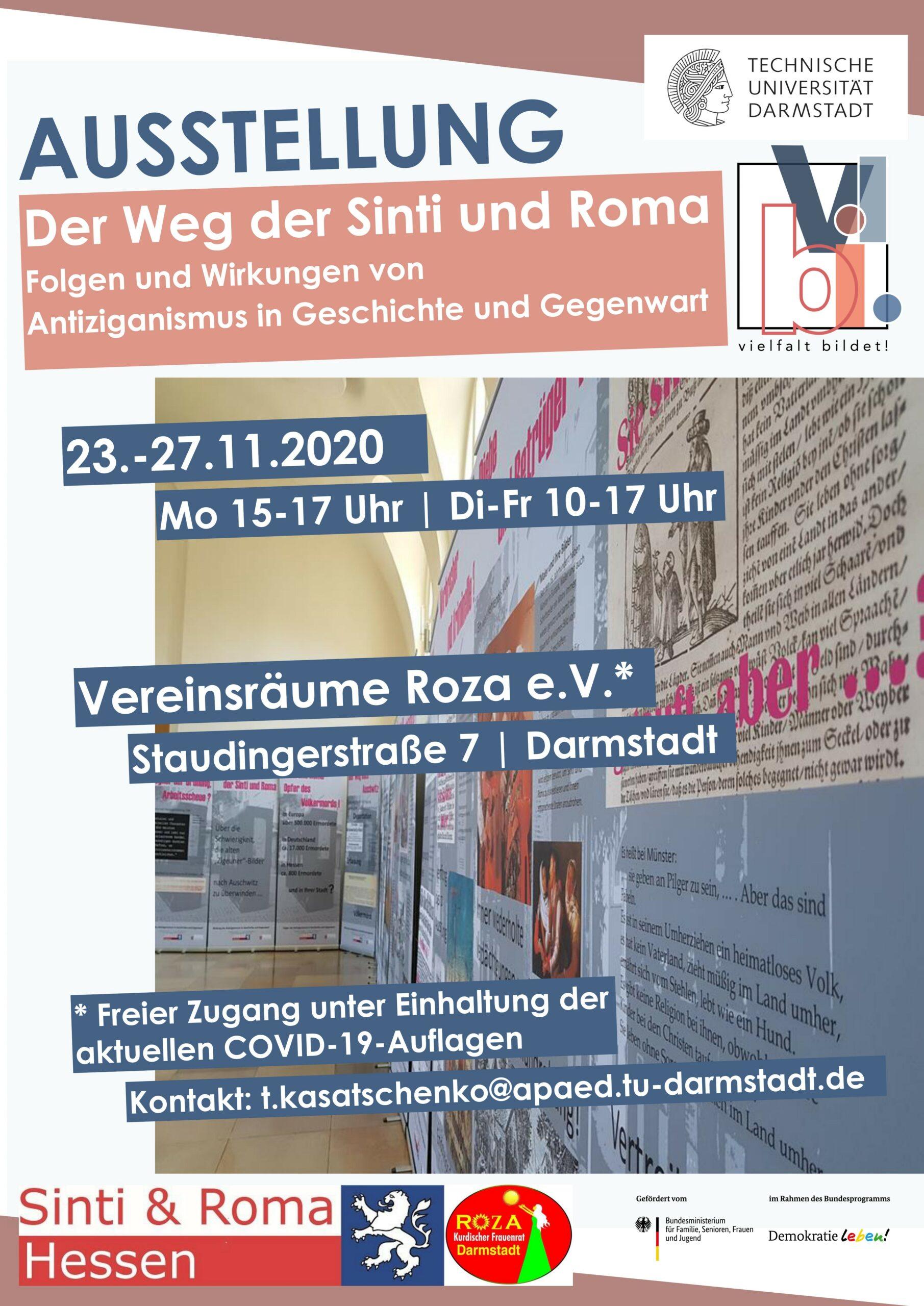 Ausstellungsplakat mit den im Blogbeitrag genannten Informationen zur Ausstellung (Titel, Dauer, Ort), im Hintergrund sind die Ausstellungstafeln selbst zu sehen
