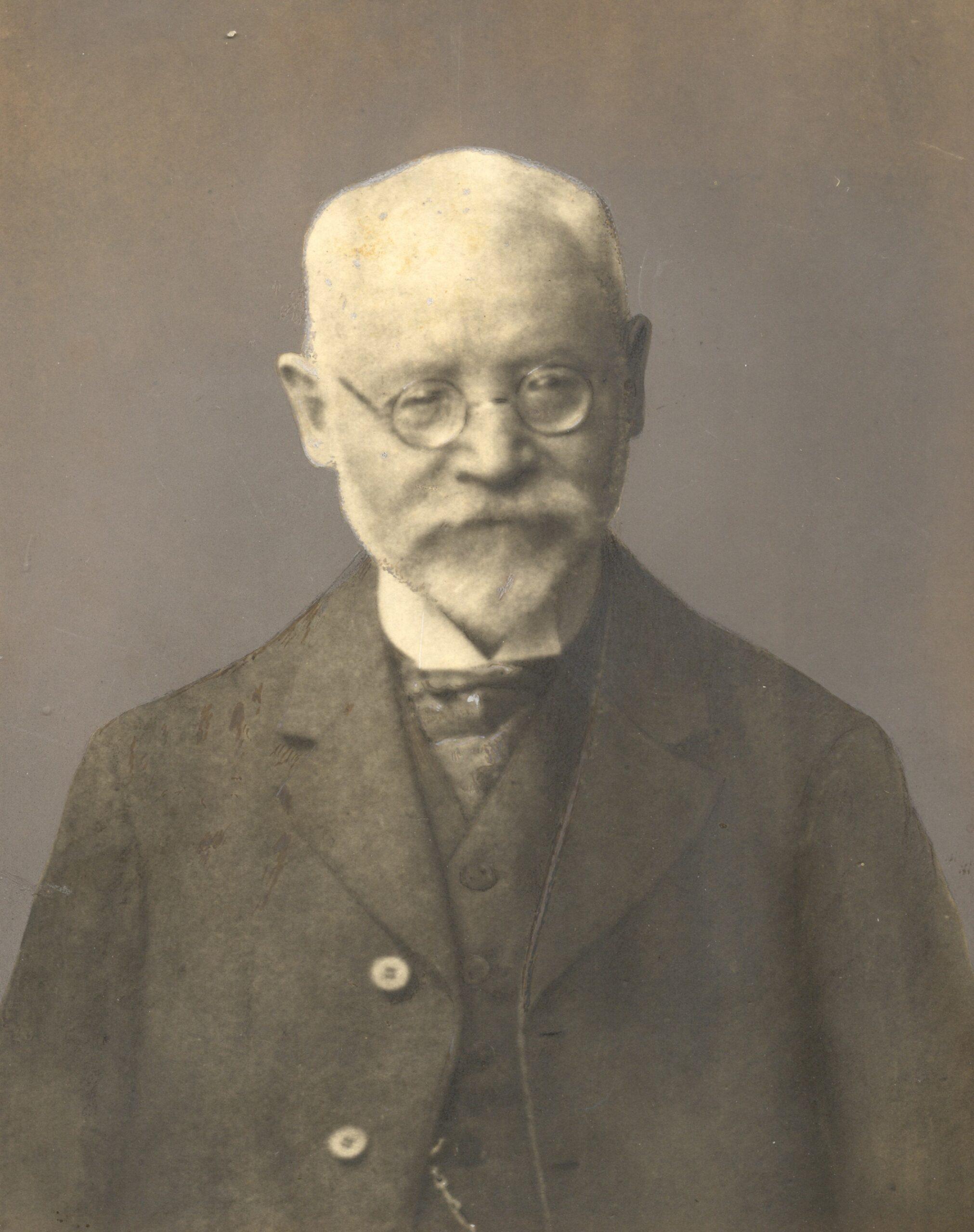 Portraitfoto von Karl Noack, der nach rechts unten blickt, eine Brille auf der Nase