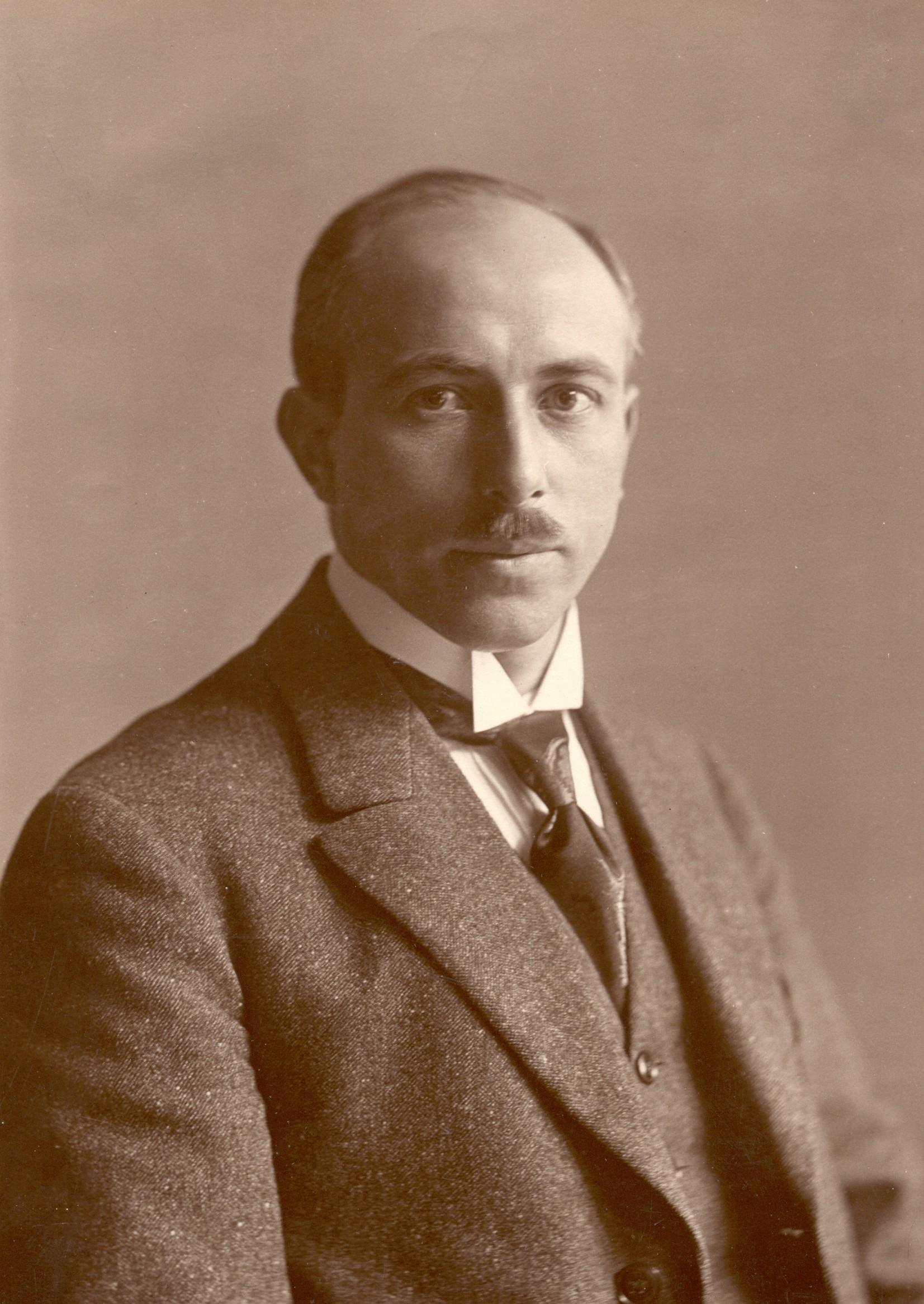 Portrait von Wilhelm Leuschner als jungem Mann mit Schnauzbart