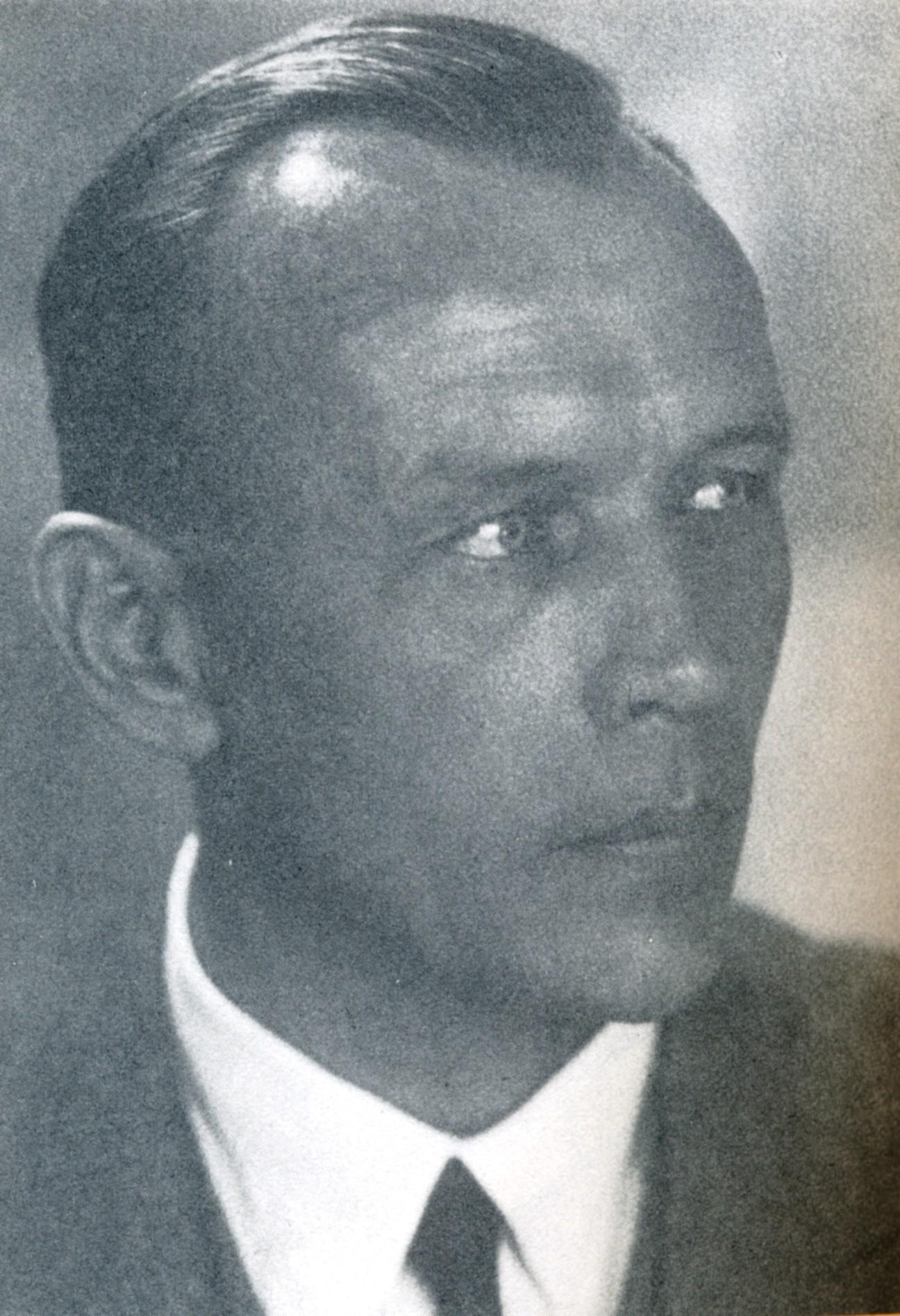 Portrait von Hermann Bräuning-Oktavio, der nach rechts aus dem Bild blickt