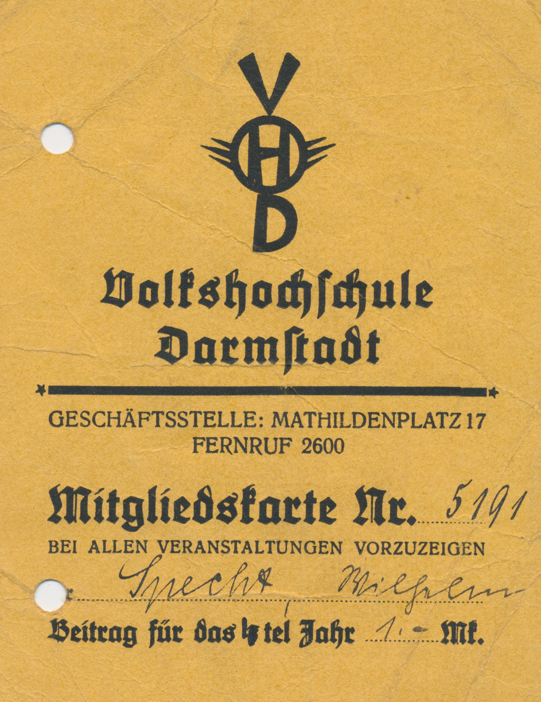 """Mitgliedskarte mit Logo der VHS und dem Hinweis, dass diese bei allen Veranstaltungen vorzuzeigen sei. Der Beitrag für """"das 4tel Jahr"""" beträgt laut Karte 1 Mark."""