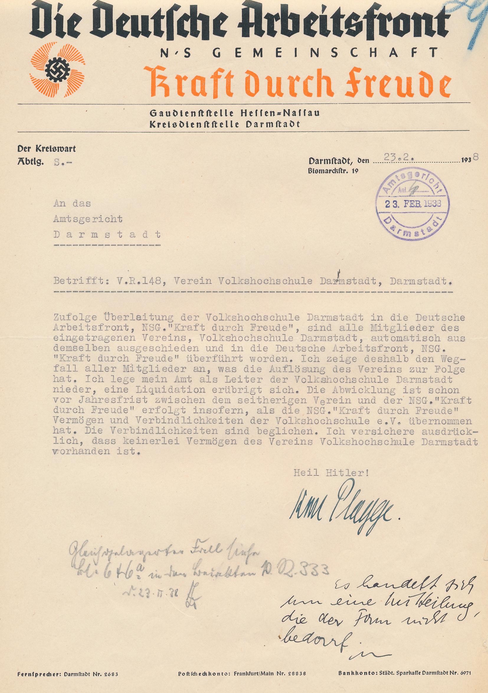 """Karl Plagge teilt mit offizellem Briefpapier der NS-Gemeinschaft """"Kraft durch Freude"""" die Auflösung des Vereins """"Volkshochschule Darmstadt"""" mit. Ein handschriftlicher Vermerk am Rand stellt fest: """"Es handelt sich um eine Mitteilung, die der Form nicht bedarf."""""""