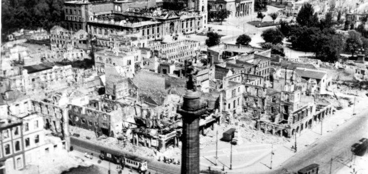 Blick auf die Ruinen zwischen Luisenplatz und Friedensplatz, im Vordergrund der Lange Ludwig, im Hintergrund die Ruinen von Landesmuseum und Haus der Geschichte