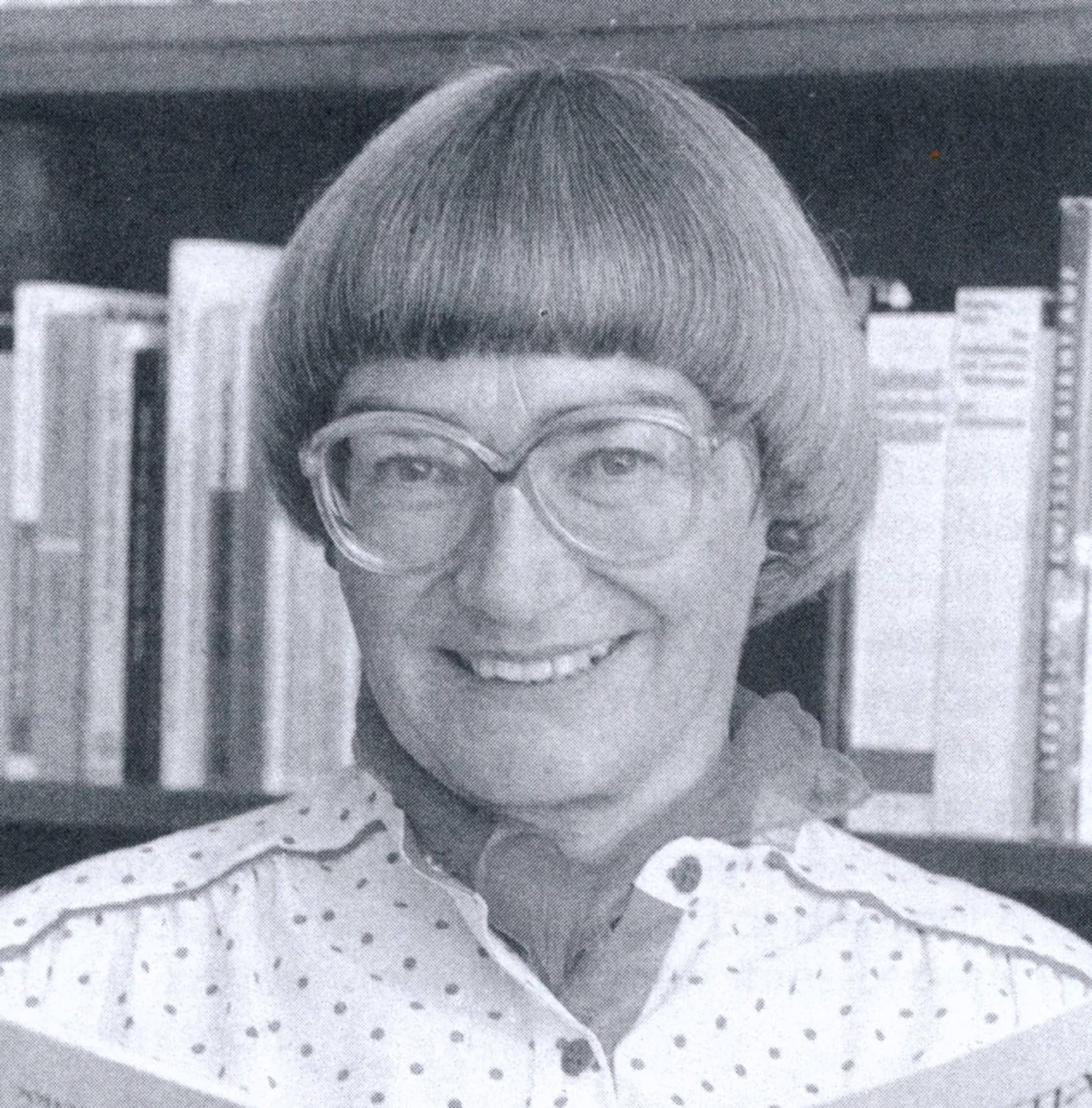 Portrait von Ingeborg Horn-Staiger in gepunkteter Bluse mit Topfschnitt und Brille