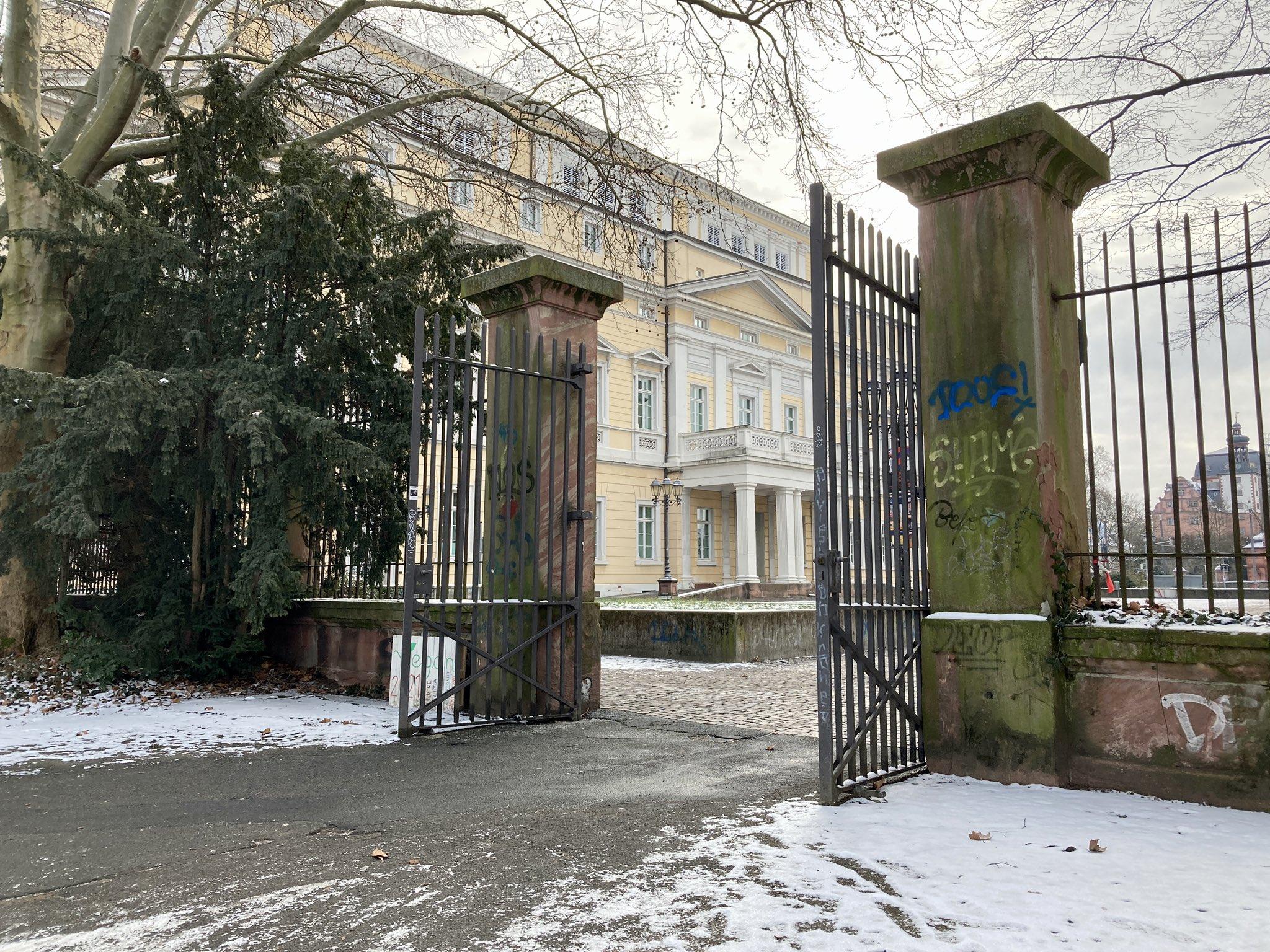 Blick auf das Haus der Geschichte durch ein Tor des Herrngartens