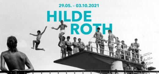 Schwarz-weiß Foto von mehreren Jugendlichen, die in Badekleidung von einem Sprungturm springen. Darüber der Titel und Laufzeit der Ausstellung.